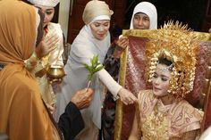 Mandi-mandi adalah prosesi memerciki calon pengantin perempuan pada pernikahan adat Minang Sumatra Barat.