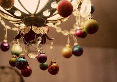 [xmas+decorated+chandelier+via+AptTherapy.jpg]
