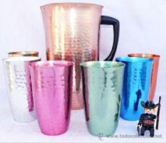 Las jarras y vasos para las meriendas en el campo