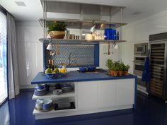 #designdrops: A originalidade do piso azul mais escuro em conjunto com o branco, trouxeum ar praiano elegante a está cozinha.