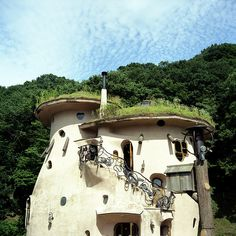 cob house with a living green roof. its small, but tall for a cob. Roof Architecture, Amazing Architecture, Organic Architecture, Paz Interior Frases, Ideas Mancave, Roof Design, House Design, Moomin House, Future House
