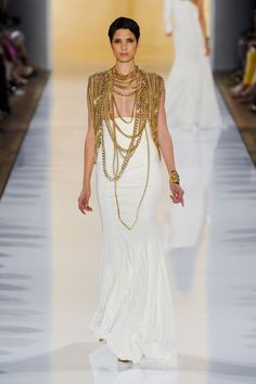 This is an amazing interpretation of the ancient Egypt by Alexandre Vauthier. The simple dress that's heavily decorated with nothing but the necklace covering the chest.