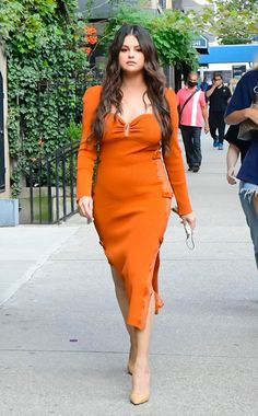 Selena Gomez Photos, Selena Gomez Style, Big Fashion, Autumn Fashion, Fashion Outfits, Fashion Trends, Celebrity Red Carpet, Celebrity Style, Orange Midi Dress