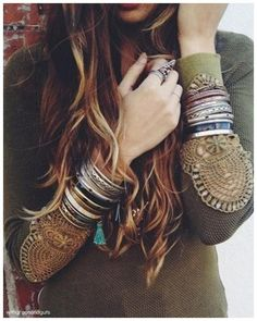 Boho chic top with gypsy embellishments, stacked modern hippie bracelets, bangles, & cuffs with feathers for a gypsy spirit style. Boho Chic, Hippie Chic, Hippie Style, Mode Hippie, Gypsy Style, Hippie Masa, Boho Gypsy, Bohemian Mode, Bohemian Style