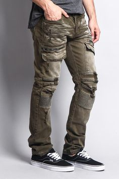 Every guy should have a great pair of cargo pants in their closet, to wear with . - Men's style, accessories, mens fashion trends 2020 Old Man Fashion, Mens Fashion Blog, Fashion Pants, Fashion Trends, Biker Jeans Men, Denim Jacket Men, Men Shorts, Denim Jackets, Army Pants