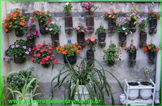 SempreSustentavel. O Vaso freático feito com garrafa PET para Horta ou Jardim vertical é uma excelente opção para as residências (casas ou apartamentos) sem espaços livres para colocar vasos pelo chão. Veja como é simples de serem feitos. Jardim Vertical.