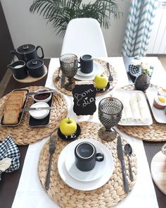 Trendy Ideas For Brunch Cafe Interior Breakfast Brunch Mesa, Brunch Cafe, Brunch Drinks, Brunch Food, Brunch Party, Brunch Recipes, Dining Room Design, Dining Room Table, Comment Dresser Une Table