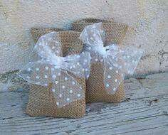 Rustic burlap favor bags with tulle bow Más Burlap Projects, Burlap Crafts, Diy And Crafts, Lavender Bags, Lavender Sachets, Diy Wedding, Rustic Wedding, Wedding Gifts, Decoration Communion