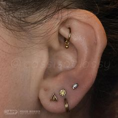 Gina popped by a while back with a super low second hole. At the time, we stacke… - Ear Piercings Dainty Earrings, Beautiful Earrings, Statement Earrings, Stud Earrings, Different Ear Piercings, Cute Ear Piercings, Minimalist Earrings, Minimalist Jewelry, Safety Pin Earrings