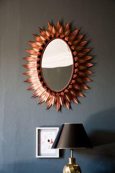 THOSE GOODS - AD España, © César Segarra Espejo sol ovalado decorado con doble hilada de hojas metálicas en acabado cobre. Foto César Segarra