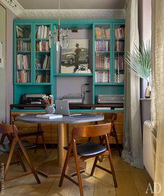 """Кабинет. Библиотечные шкафы окрашены лаком, смешанным с зеленкой, Grand Maestro. Стол дизайнер придумала сама, использовав ногу от ресторанного стола, а столешницу заказала у Irosmebel. Датские винтажные стулья по дизайну Кая Кристиансона, Mid-Сentury 247. Винтажная люстра по дизайну Гаэтано Скьолари. Гипсовый карниз с вентиляционной решеткой, """"Софт Эластик""""."""