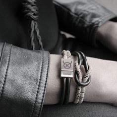 Lederen armband met knoop. Deze armband bestaat uit 2 samengenoopte lederen lussen en wikkelt 2 keer om je pols. Dit Tangle Basic model combineert super makkelijk met alle andere OXies armbanden.