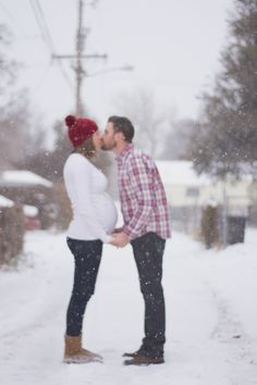 Winter maternity photo in the snow