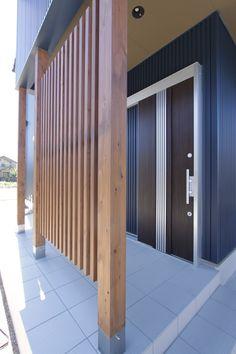 玄関引き戸の前に設けた木格子。やさしく視線をさえぎってくれます。 #玄関#格子#かっこいい家 Garden Privacy Screen, Carport Designs, Wooden Decks, Backyard Fences, Home Projects, Pergola, New Homes, House Design, Architecture