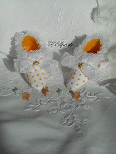 """Petits souliers miniatures en tissu à pois jaune """"boutons d'or"""" et ruban d'organza. Décoration Shabby."""