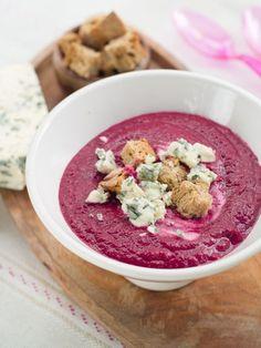 Rozgrzewająca zupa z pieczonych buraków z grzankami
