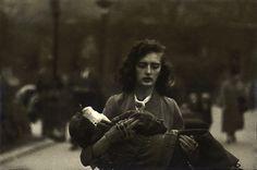Diane Arbus, Woman carrying child in Central Park, NYC, 1956 Diane Arbus, Mae West, Moma, Degas Little Dancer, Lise Sarfati, Fotografia Social, Berenice Abbott, Cindy Sherman, Black White
