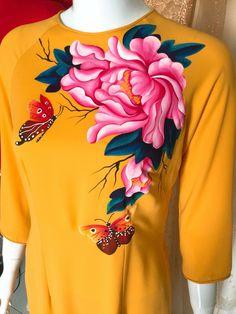 Saree Painting, Dress Painting, Silk Painting, Fabric Colour Painting, Fabric Art, Hand Painted Sarees, Fabric Paint Designs, Kids Frocks, Crochet Cardigan Pattern