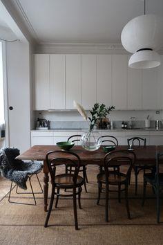 Modern Home Decor Kitchen Home Decor Kitchen, Interior Design Kitchen, Home Kitchens, Interior Decorating, Sala Vintage, Vintage Modern, Dining Nook, Dining Room Design, Cuisines Design