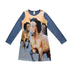 Meisjes kleedje YARA free horse van het merk Wild kidswear Blauwe meisjes jurk met lange mouwen, aan de voorzijde een grote all over print van paarden. De mouw en de achterzijde in het blauw met glinsters in verwerkt.