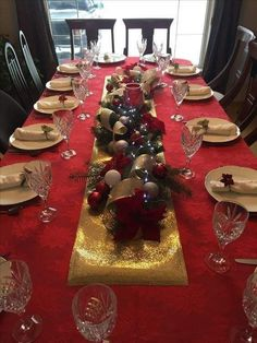 Christmas dining table decor - Christmas table settings ideas that will make the grand spread look elegant – Christmas dining table decor Christmas Decorations Dinner Table, Christmas Party Table, Christmas Dining Table, Christmas Table Settings, Christmas Tablescapes, Christmas Centerpieces, Decoration Table, Rustic Christmas, Christmas 2019