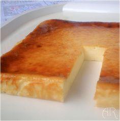 Pastel de limón y queso horneado / 3 yogures de limón (la unidad pesa 125g). 9 cucharadas de azúcar. 3 cucharadas de maicena. 3 huevos. La ralladura de un limón. 1 tarrina de queso philadelphia (300g.):