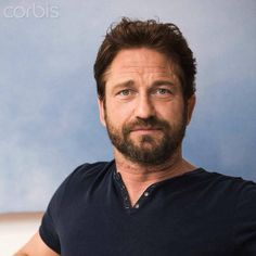 My breath has officially been taking away. This is such a beautiful photo of Gerry at the How to Train Your Dragon 2 Press Conference. Hot Scottish Men, Scottish Actors, British Actors, Pretty Men, Beautiful Men, Beautiful People, Actor Gerard Butler, London Has Fallen, Greek Men