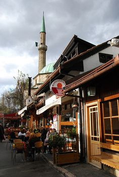 Lunching 'al fresco' in Old Town, Sarajevo, Bosnia and Herzegovina. Stari Grad (Old Town) contains numerous hotels and tourist attractions including the Gazi Husrev-beg's Mosque, Careva Džamija (Emperor's Mosque), and the Sarajevo Cathedral. (V)