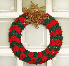 Guirlanda de Natal, decorada com fuxico, e aplicação de flor metalizada.  Decore a entrada, espelhos de sua casa, uma boa opção para presente, ótima qualidade e acabamento.  TAMANHO 36 X 36 CM R$ 90,00