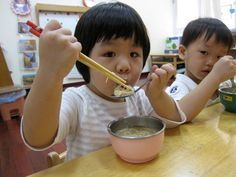 """In fact, the invention of #chopsticks use, the development of the #Chinese nation is a certain intelligence ties. Although a pair of chopsticks could not be simpler, but it also has a #clip, #dial, #pick, #picking, #summarized, #tear and other functions; while and look """"surgery or a gun"""" type of Western #tableware, compared to the addition of a dual pair of chopsticks, """"precious"""" and the implication."""