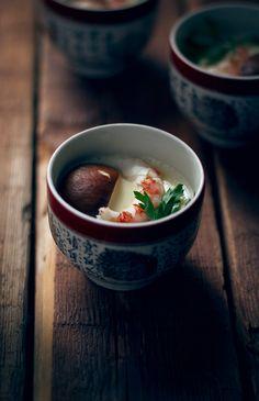 Elchawanmushi fue la primera receta que publiqué para la revista Eikyo, la primera de muchas. Pronto se publicará el número de primavera con una nueva y deliciosa receta llena de color, además deinteresantesartículosa cerca de la cultura japonesa. No te la pierdas!. El chawanmushi consi