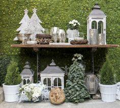 Atrezzo navideño con faroles, abetos y flores para barra de chuches. El Campillo