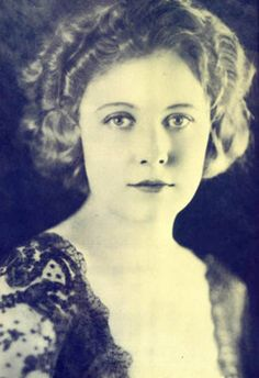 Edna Purviance, silent movie, comedian, worked with Chaplin at Essanay Studios as his leading lady. Jennifer Connelly, Jennifer Garner, Jennifer Aniston, Kate Winslet, Kate Beckinsale, Old Hollywood Glamour, Hollywood Walk Of Fame, Golden Age Of Hollywood, Classic Hollywood