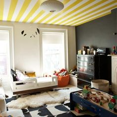 Plafond rayé jaune et blanc - Yellow and white striped ceiling Striped Ceiling, Yellow Ceiling, Ceiling Color, Gold Ceiling, Modern Ceiling, Loft Design, House Design, Navy Accent Walls, Kids Bedroom
