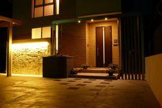 美しく気品のあるエントランス。上品な壁面の陰影と、舞台照明のような華やかな光の共演。 #lightingmeister #pinterest #gardenlighting #outdoorlighting #exterior #garden #light #house #home #beautiful #entrance #elegance #wall #shadow #stagelighting #gorgeous #美しい #エントランス #玄関 #気品 #壁 #陰 #影 #舞台照明 #華やか #家 Instagram https://instagram.com/lightingmeister/ Facebook https://www.facebook.com/LightingMeister
