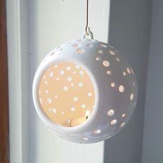 De stijlvolle Nobili waxinelicht hanger is versierd met speelse gaten die het warme licht van het kaarsvlammetje doorlaten. Zo wordt er een prachtig lichtpatroon op je muur, vloer en plafond getoverd. Elk gat is met de hand gemaakt! Hang de Nobili hanger voor je raam, aan het plafond in de woonkamer of bij de kerstboom. Foto credit @kahlerdesign_oslowaxinelichthouder #theelichthouder #kähler #kerstversiering #scandinavisch #kerst #byjensen