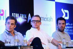Letzte Woche fand in Dubai eine Pressekonferenz zu STARTREK BEYOND statt. Die Dreharbeiten zum Film sind fast abgeschlossen, aber in Dubai müssen noch einige Szenen gedreht werden. Mit dabei waren die Schauspieler Chris Pine (Kirk), Zachary Quinto (Spock), Karl Urban (McCoy), John Cho (Sulu), Anton Yelchin (Chekov) sowie Simon Pegg und Idris Elba. Für den Außendreh in Dubai für STAR TREK BEYOND wird mit 200 Statisten gearbeitet. Laut Produzent Jeffrey Chernov gibt es keine besseren Drehort…