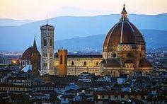 Santa Maria del Fiore a Firenze Il suo cupolone si staglia da sempre nel profilo di Firenze: Santa Maria del Fiore fa parte dei patrimoni dell'umanità dell'Unesco e la cupola del Brunelleschi è nelle foto di milioni di turisti in giro per il mondo. Ci ha messo le mani anche Giotto, che ne seguì i lavori fino alla sua morte nel 1337.