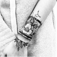 Outer Forearm Tattoo, Forearm Flower Tattoo, Small Forearm Tattoos, Inner Forearm, Mandala Arm Tattoos, Triangle Tattoos, Herren Hand Tattoos, Dope Tattoos, 1 Tattoo