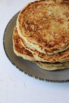 Receita de panqueca de batata-doce feita com farinha de arroz, para uma versão sem glúten, e iogurte para uma textura macia.