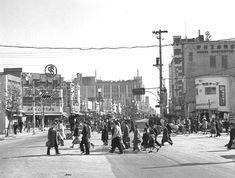 1952(昭和27)年の新宿駅東口前。右手に高野フルーツパーラーが見える。 写真で振り返る新宿区 新宿区の変遷 | 一般社団法人新宿観光振興協会 Old Photos, Vintage Photos, Asian Continent, Go To Japan, Pacific Ocean, Continents, Philippines, Tokyo, Nostalgia