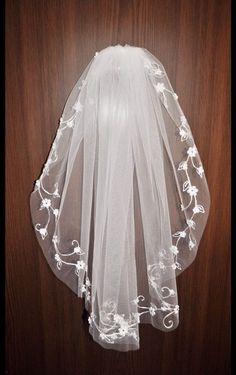 **Nach der Bestellung bitte beim Kommentar angeben: welche FARBE Sie wünschen.**  Verkaufe neuen  Brautschleier mit Kamm.  Brautschleier mit schöner zarter   Stickerei.  Brautschleier ...