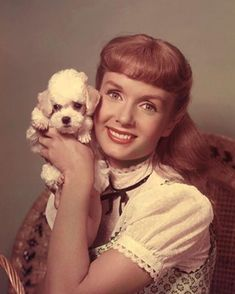 What an absolutely charming photo of Debbie Reynolds with her Poodle friend. Classic Hollywood, Old Hollywood, Hollywood Glamour, Hollywood Actresses, Debbie Reynolds Carrie Fisher, Eddie Fisher, Todd Fisher, Donald O'connor, French Poodles