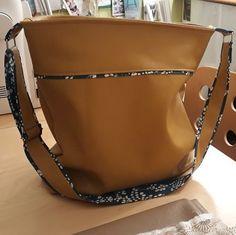 Sac Flo cousu par Florence Déjardins - Tissu(s) utilisé(s) : Simili cuir souple et coton fantaisie un peu épais - Patron Sacôtin : Flo