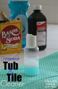 I love finding homemade cleaner recipes that work even better than the cleaners you can buy in the store, and this Homemade Tub & Tile Cleaner is one of my favorites! Homemade Cleaning Supplies, Cleaning Recipes, Cleaning Hacks, Cleaning Solutions, Homemade Products, Diy Cleaners, Cleaners Homemade, Homemade Glass Cleaner, Tub Tile