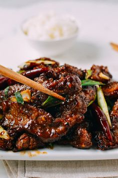 This Mongolian Beef Recipe is a crispy homemade version that's less sweet and more flavorful than restaurant versions you're probably used to. It's one of our top recipes for a reason! Top Recipes, Asian Recipes, Cooking Recipes, Healthy Recipes, Meat Recipes, Chinese Beef Recipes, Sirloin Recipes, Beef Sirloin, Beef Recipe Japanese