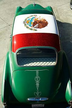 A classic car w/a Mexican flag painted. Mexican Flags, Mexican Art, Mexican Style, Cholo Style, Mexican Heritage, Chicano Art, Chicano Drawings, Mexican Designs, Mexican American