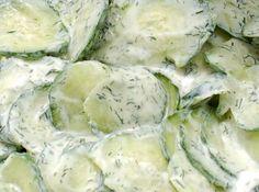 Wat deze simpele romige komkommersalade zo lekker maakt, is de heerlijke dressing die je erdoor roert op basis van (Griekse) yoghurt en witte balsamico. Vegetarian Recepies, Healthy Salad Recipes, Veggie Recipes, Healthy Snacks, Dutch Recipes, Clean Recipes, Party Food Platters, Good Food, Yummy Food