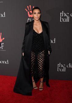 Kim Kardashian trägt ihr Balenciaga Kleid in schwarz im Dezember zu einer Benefit-Gala.