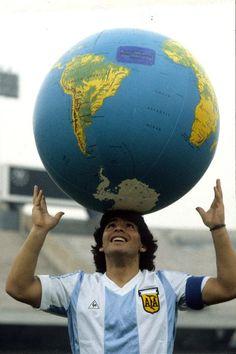 Диего Марадона. Он держал в руках весь мир
